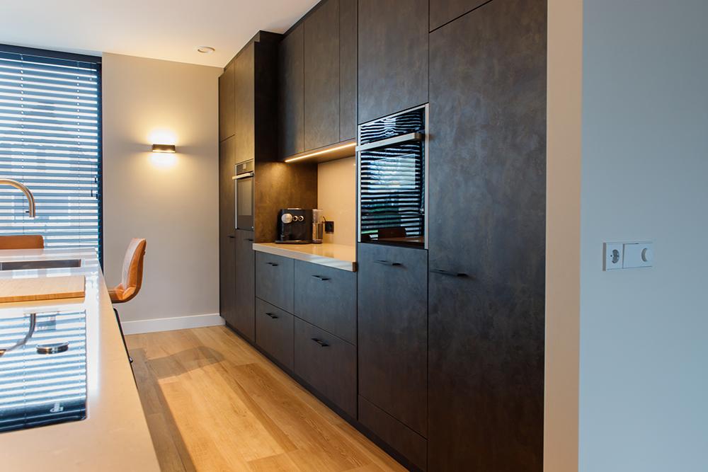 Moderne zwarte keuken