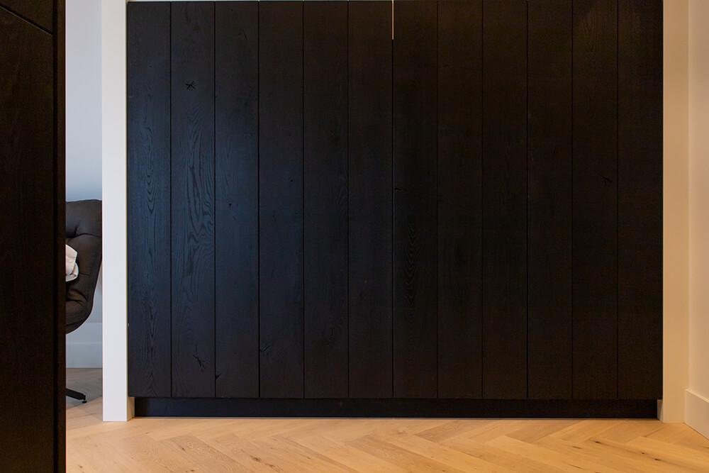 Landelijk zwarte keuken en interieur