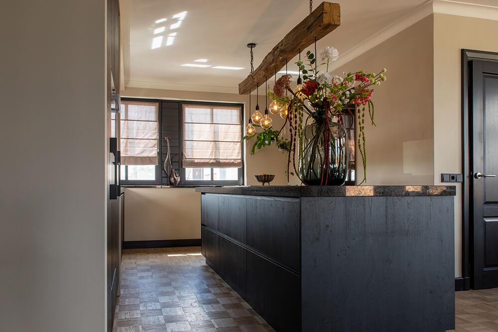 Moderne zwarte keuken met kookeiland