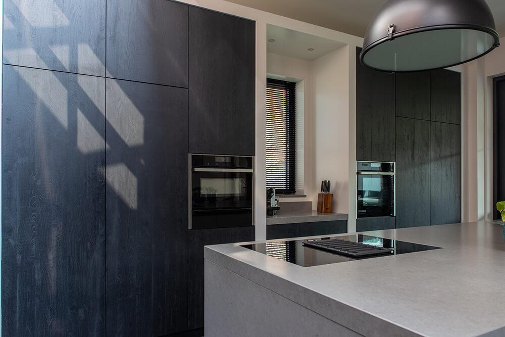 Moderne keuken met beton eiland