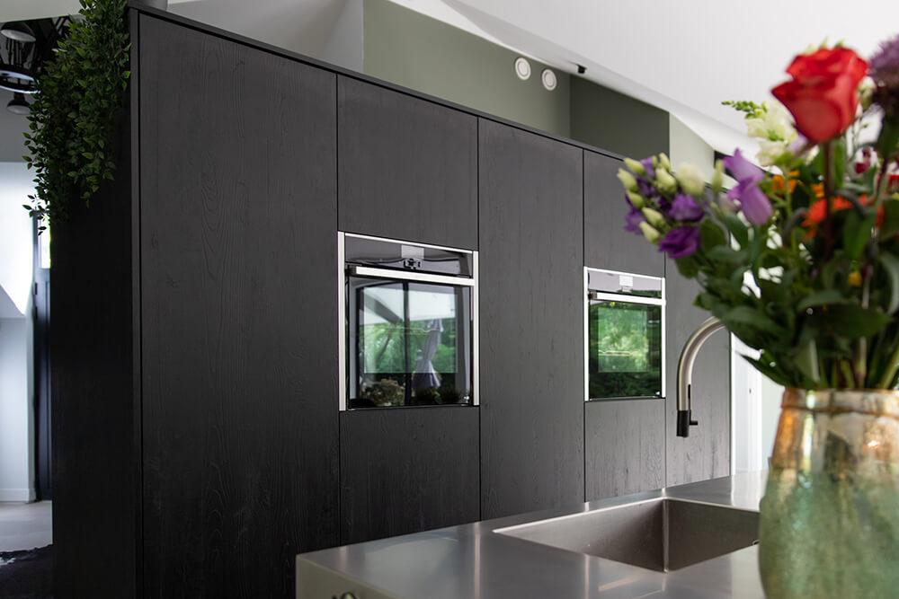 Moderne zwarte keuken met eiland